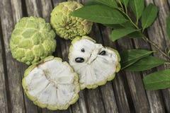 Le corossol porte des fruits sur la table en bois en bambou, vue supérieure Image stock