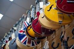 Le corps de beaucoup de guitares électriques a aligné dans le magasin photographie stock