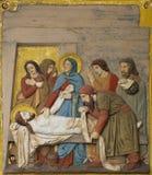 Le corps de Jésus est enlevé de la croix, les 13èmes stations de la croix Image stock