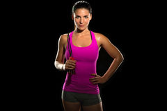 Le corps féminin modifié la tonalité mince mince de bel ajustement sautent l'athlète de corde d'isolement sur le noir se tenant a Photos libres de droits