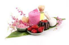 Le corps frottent avec la fraise, sel de mer et huile d'olive. (Pour la peau sèche) photos libres de droits