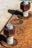 Le corrosif s'est rouillé boulon avec l'écrou Images stock