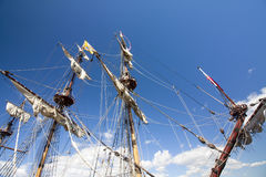 LE CORSE ALTE KOTKA 2017 DELLE NAVI Kotka, Finlandia 16 07 2017 Alberi della nave Shtandart alla luce solare nel porto di Kotka,  Fotografie Stock
