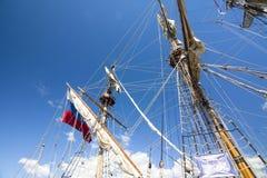 LE CORSE ALTE KOTKA 2017 DELLE NAVI Kotka, Finlandia 16 07 2017 Alberi della nave Shtandart alla luce solare nel porto di Kotka,  Fotografia Stock Libera da Diritti
