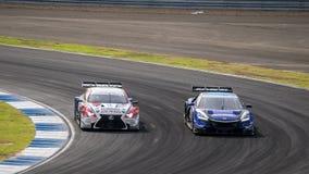 Le corse si raddoppiano battaglia DENSO KOBELCO SARD RC F GT500 con RAYBRIG NSX Fotografia Stock