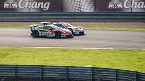 Le corse si raddoppiano prima battaglia MUGEN CR-Z GT GT300 con arto-MC86 GT300 Fotografie Stock Libere da Diritti