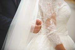 Le corset de Buttoning Bride de marié photos libres de droits