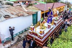 Le cortège de semaine sainte passe, San Juan del Obispo, Guatemala Image stock