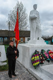 Le cortège et la pose des guirlandes au mémorial aux soldats tombés dans la région de Kaluga de la Russie Photos libres de droits
