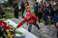 Le cortège et la pose des guirlandes au mémorial aux soldats tombés dans la région de Kaluga de la Russie Images libres de droits