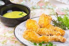 Le cosce di rana fritte sul piatto con il limone sauce il concetto dell'alimento fotografie stock libere da diritti