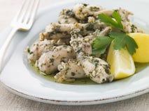 Le cosce di rane hanno fritto in burro di erba e dell'aglio Fotografia Stock Libera da Diritti