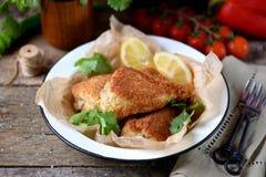 Le coscie di pollo hanno fritto impanato nello stile fritto in grasso bollente e rustico Vecchia priorità bassa di legno Fotografie Stock Libere da Diritti