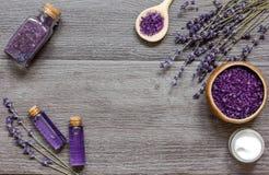 Le cosmétique écrème avec des fleurs de lavande sur la table en bois noire Photos stock
