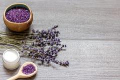 Le cosmétique écrème avec des fleurs de lavande sur la table en bois noire Image stock