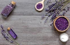 Le cosmétique écrème avec des fleurs de lavande sur la table en bois noire Image libre de droits