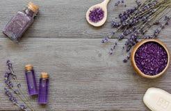 Le cosmétique écrème avec des fleurs de lavande sur la table en bois noire Photos libres de droits