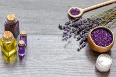 Le cosmétique écrème avec des fleurs de lavande sur la table en bois noire Images stock
