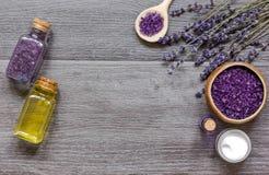 Le cosmétique écrème avec les fleurs fraîches de lavande sur la table en bois noire Photo libre de droits