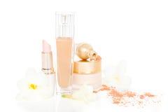 Le cosmétique et composent dans le beige. Photographie stock