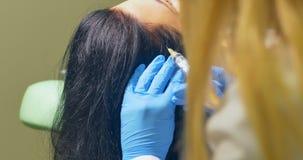 Le Cosmetologist fait l'injection des vitamines et des minerais dans le cuir chevelu banque de vidéos