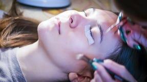 Le Cosmetologist fait les cils artificiels photo stock
