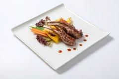 Le costole di carne di maiale hanno grigliato con le verdure arrostite ed hanno bollito le patate Fotografia Stock Libera da Diritti