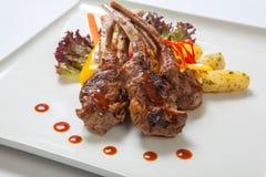 Le costole di carne di maiale hanno grigliato con le verdure arrostite ed hanno bollito le patate Fotografie Stock Libere da Diritti