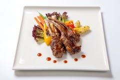 Le costole di carne di maiale hanno grigliato con le verdure arrostite ed hanno bollito le patate Fotografia Stock