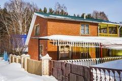 Le costruzioni del paese portate da neve Immagine Stock Libera da Diritti