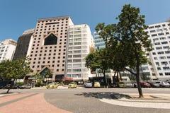 Le costruzioni dell'hotel e dell'appartamento nella parte anteriore del Copacabana tirano in Rio de Janeiro Immagini Stock Libere da Diritti