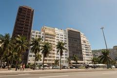 Le costruzioni dell'hotel e dell'appartamento nella parte anteriore del Copacabana tirano in Rio de Janeiro Fotografia Stock
