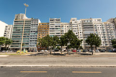 Le costruzioni dell'hotel e dell'appartamento nella parte anteriore del Copacabana tirano in Rio de Janeiro Fotografie Stock Libere da Diritti