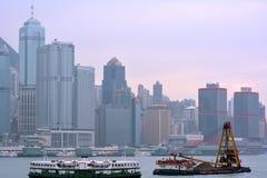 Le costruzioni della città e del trasporto a Hong Kong Port Victoria harbor, un anno di 2013 Immagine Stock