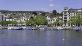 Le costruzioni della parte storica della città di Zurigo lungo il Limat rive archivi video