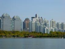 Le costruzioni di appartamento si avvicinano al parco di secolo Immagini Stock Libere da Diritti