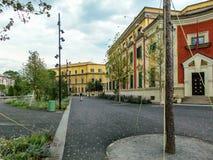 Le costruzioni di governo nel quadrato di Scanderbeg, Tirana, Albania fotografia stock