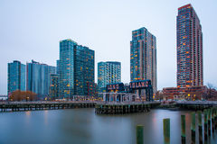 Le costruzioni di Long Island al tramonto Immagini Stock Libere da Diritti
