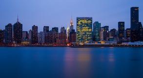 Le costruzioni di Manhattan davanti a East River Fotografia Stock Libera da Diritti