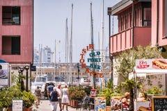 Le costruzioni, gli yacht e la gente di camminata in porto di Oporto Antico a Genova, Liguria, Italia, europa fotografie stock libere da diritti