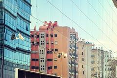 Le costruzioni hanno riflesso le finestre di costruzione moderna Fotografia Stock