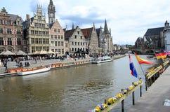 Le costruzioni medievali pittoresche che dominano il Graslei harbor sul fiume di Leie nella città di Gand, Belgio Fotografie Stock