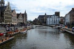 Le costruzioni medievali pittoresche che dominano il Graslei harbor sul fiume di Leie nella città di Gand, Belgio Immagine Stock Libera da Diritti