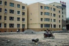 le costruzioni nuovissime del blocco si sono accumulate invece delle case tradizionali demolite immagini stock libere da diritti