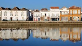 Le costruzioni storiche hanno individuato sulla via di Jacques Pessoa ed hanno riflesso nel fiume Rio Gilao, Tavira, Algarve immagine stock libera da diritti