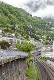 Le costruzioni sul pendio di collina e sotto è ferroviarie Fotografia Stock Libera da Diritti