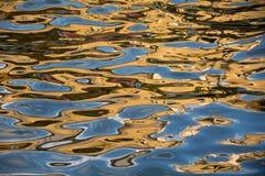 Le costruzioni variopinte hanno riflesso nel canale del Malacca con le ondulazioni dell'acqua che lo rendono astratto Fotografie Stock Libere da Diritti