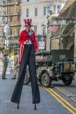 Le costume d'Oncle Sam sur des échasses célèbre le Jour de la Déclaration d'Indépendance Photos stock