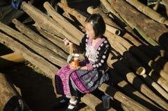 Le costume ethnique d'usage de Hmong de fille d'enfants traditionnel et se reposant mangent le petit déjeuner Images libres de droits