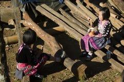 Le costume ethnique d'usage de Hmong de fille d'enfants traditionnel et se reposant mangent le petit déjeuner Photos stock